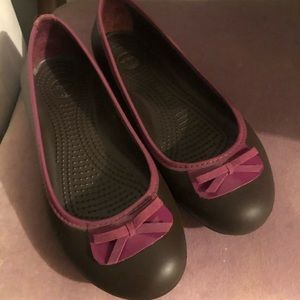 Like new Crocs 8W brown and pink flats with bow